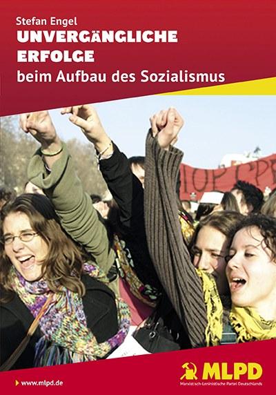 """Die Broschüre """"Unvergängliche Erfolge beim Aufbau des Sozialismus"""" am Werkstor"""