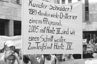 """Demonstration """"gegen die Wiedervereinigung"""" am 12. Mai 1990 in Frankfurt/Main. Die Demonstrantin zeigt die bekannte – und ver- botene – Textzeile von Slime. Die Gleichsetzung des heutigen BRD- Imperialismus mit dem Faschismus ist bis heute ein Irrtum unter ei- nigen Antifaschisten. rf-foto"""