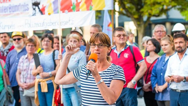 Schäuble muss auf Protest gegen undemokratische Wahlbehinderungen reagieren  - Internationalistische Liste/MLPD nominiert Gabi Fechtner als Spitzenkandidatin